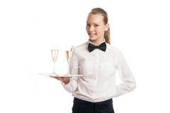 拿着有两块玻璃的年轻白肤金发的女服务员画象盘子 免版税库存照片