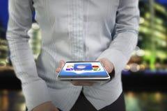 拿着有五颜六色的触摸屏幕的妇女手巧妙的电话 免版税库存图片