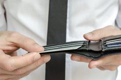 拿着有信用卡的人一个钱包 库存照片