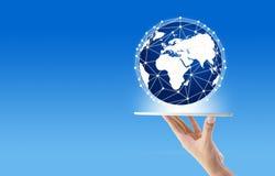 拿着有全球网络通信的商人手中片剂 免版税库存照片