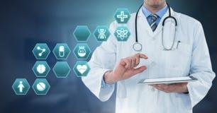 拿着有医疗接口六角形象的男性医生片剂 免版税库存图片