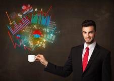 拿着有图和图表的商人一个白色杯子 免版税图库摄影