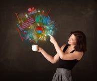 拿着有图和图表的女实业家一个白色杯子 图库摄影