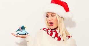 拿着有圣诞树的妇女小汽车 库存图片