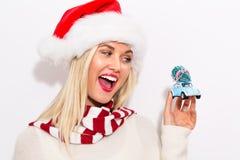 拿着有圣诞树的妇女小汽车 免版税库存照片