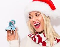 拿着有圣诞树的妇女小汽车 免版税图库摄影