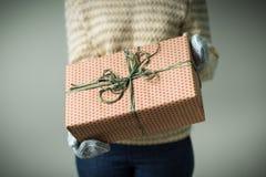 拿着有圣诞节礼物的女孩一个箱子 免版税库存照片