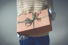 拿着有圣诞节礼物的女孩一个箱子 库存图片
