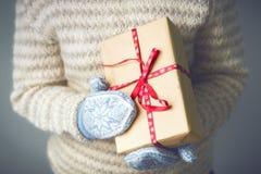拿着有圣诞节礼物的女孩一个箱子 图库摄影