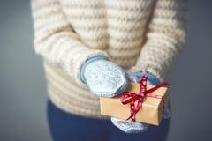 拿着有圣诞节礼物的女孩一个箱子 免版税图库摄影