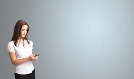 拿着有复制空间的可爱的妇女一个电话 免版税库存照片