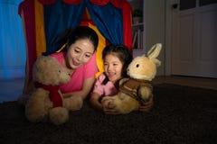 拿着有妇女的漂亮的孩子兔子玩偶 库存图片