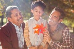 拿着有家庭的男孩轮转焰火玩具 免版税图库摄影