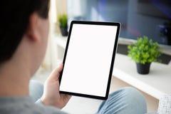 拿着有屏幕的人手计算机片剂在屋子里 免版税图库摄影