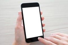 拿着有屏幕的妇女手电话 免版税库存图片