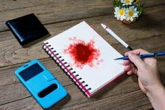 拿着有开放笔记本的人的手传动器型的铅笔,尊敬 库存照片