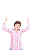 拿着有微笑孤立的亚裔妇女白板 免版税库存照片