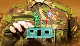 拿着有战士的军人玩具营房 图库摄影