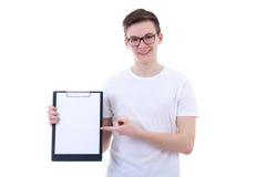拿着有拷贝空间的英俊的十几岁的男孩剪贴板被隔绝 免版税库存照片