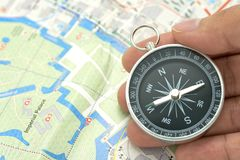 拿着有日本地图的商人一个指南针使用作为背景与拷贝空间和白色空间的旅行概念您的 免版税库存照片