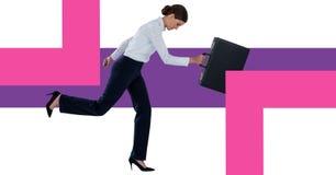 拿着有最小的形状的女实业家公文包 免版税库存照片