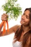 拿着有机妇女的束红萝卜新现有量 库存图片