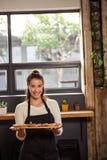 拿着有果子馅饼的女服务员画象一个盘子 免版税库存图片