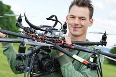 拿着有照相机的工程师UAV 免版税库存图片