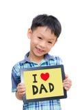 拿着有爱爸爸的亚裔男孩一台片剂计算机 免版税图库摄影