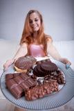 拿着有甜点的女孩一块板材 免版税库存图片