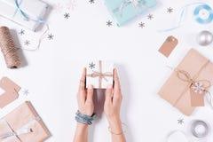 拿着有礼物的女性手一个小盒子 免版税库存图片
