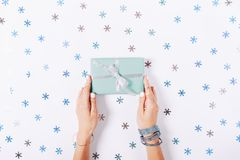 拿着有礼物的女性手一个蓝色框 免版税库存图片