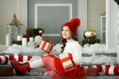 拿着有礼物的愉快的小女孩很多箱子 寒假、圣诞节和人概念 图库摄影