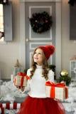 拿着有礼物的愉快的小女孩很多箱子 寒假、圣诞节和人概念 免版税库存图片