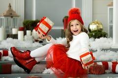 拿着有礼物的愉快的小女孩很多箱子 寒假、圣诞节和人概念 库存图片