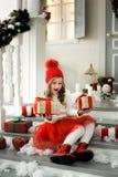 拿着有礼物的愉快的小女孩很多箱子 寒假、圣诞节和人概念 免版税图库摄影