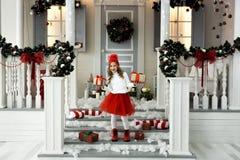 拿着有礼物的愉快的小女孩很多箱子 寒假、圣诞节和人概念 库存照片