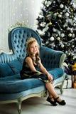 拿着有礼物的愉快的小女孩很多箱子 寒假、圣诞节和人概念 免版税库存照片