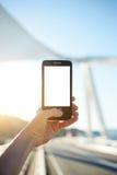 拿着有空白的拷贝空白区的女性手智能手机您的正文消息或内容的 免版税库存图片