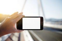 拿着有空白的拷贝空白区的女性手智能手机 免版税库存图片