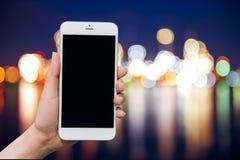 拿着有空白的拷贝空间屏幕的手手机 库存图片