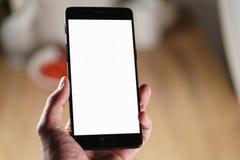 拿着有空白的白色屏幕的女性青少年的手智能手机 免版税库存图片