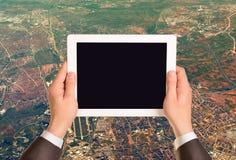 拿着有空的屏幕的手片剂个人计算机 库存图片