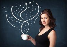 拿着有线和箭头的女实业家一个白色杯子 免版税库存图片
