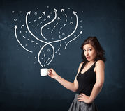 拿着有线和箭头的女实业家一个白色杯子 免版税库存照片