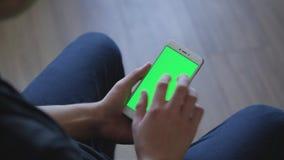 拿着有绿色屏幕的男性手特写镜头巧妙的电话为作用prekeyed 有用的流动应用售票 股票录像