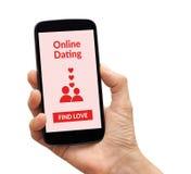 拿着有网上约会的app嘲笑的手巧妙的电话在scree 免版税库存图片