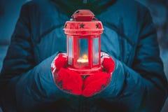 拿着有蜡烛关闭的人一个红色蜡烛灯笼 库存照片