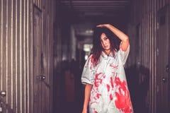 拿着有血液的,万圣夜概念的妇女刀子 免版税库存图片
