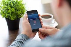 拿着有转账卡接触和薪水的人手电话 免版税库存照片
